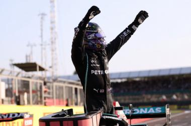 Lewis Hamilton celebrando su pole en Silverstone. Vía: soymotor.com