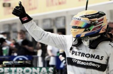 Hamilton feliz tras conseguir su tercera pole consecutiva (www.biendateao.com )