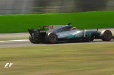 Lewis Hamilton impegnato nelle libere (twitter)
