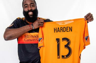 Harden posa con la camiseta de los Dynamo tras el anuncio de su llegada al grupo inversor | Foto: Houston Dynamo