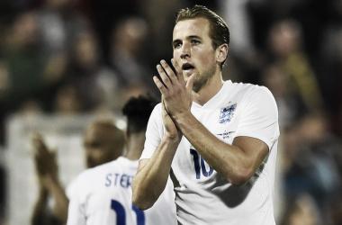 Harry Kane aplaudidendo a los aficionados ingleses | Foto: The FA