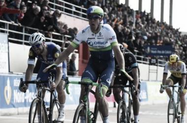 Hayman precede Boonen nel velodromo di Roubaix. Fonte: greenedgecycling.com