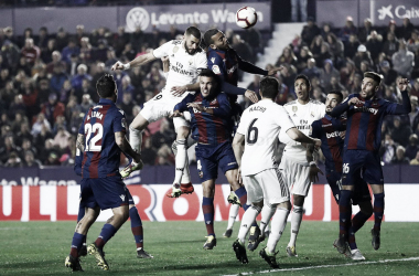 Benzema rematando junto a la defensa del Levante I Foto: Real Madrid