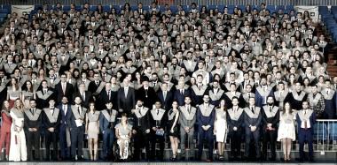 Florentino Pérez con los graduados y los representantes de la Universidad Europea. Imagen: realmadrid.com