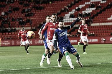 Luis Suárez pugna por un balón con un jugador del Córdoba. Foto: LOF.