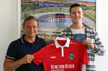 Horst Heldt and Kevin Wimmer. | Photo: Hannover 96.