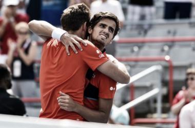 Pierre-Hughes Herbert y Nicolas Mahut se abrazan tras lograr el triunfo en Montreal. Foto: zimbio.com