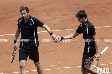 Pierres-Hughes Herbert y Nicolas Mahut durante un partido en Madrid. Foto: Rodrigo Jiménez Torrellas - VAVEL