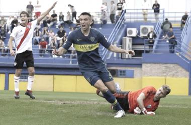 Agustín Heredia convirtiendo un gol en la reserva vs River