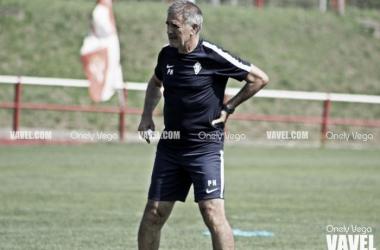 Paco Herrera en un entrenamiento con el Sporting. | Imagen: Onely Vega-VAVEL.