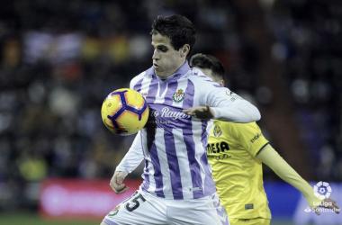 Pablo Hervías trata de avanzar con el esférico en su poder frente al Villarreal en la J23 de La Liga Santander (FOTO://LaLiga)