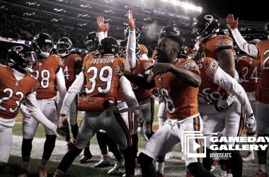 Jackson celebra el pick six con sus compañeros del equipo defensivo de Chicago | Foto: ChicagoBears.com