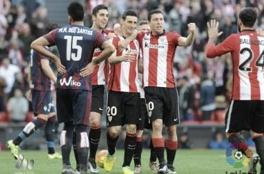 Aduriz celebra un gol con sus compañerosfrente a la SD Eibar.
