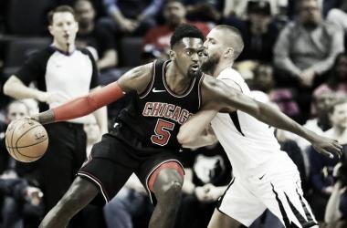 Charlotte hunde a Atlanta y los Bulls ganan por la mínima