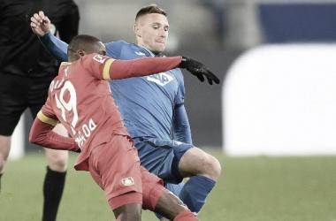 Moussa Diaby y Pavel Kaderabek disputando la pelota / Foto: @tsghoffenheim
