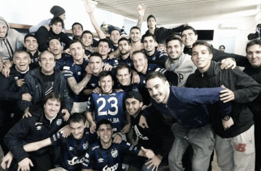 Festejo en el vestuario luego de cada partido ganado. | Foto: Olé