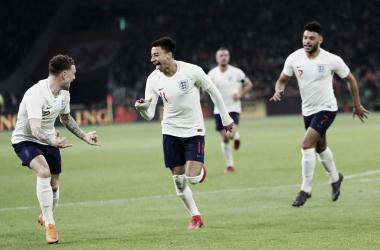 Lingard (centro) comemora gol na Johan Cruyff Arena (Foto: Divulgação/England FA)