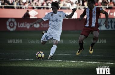 Modric y Granell, en una acción del partido disputado en Montilivi. | Foto: Noelia Déniz (VAVEL).