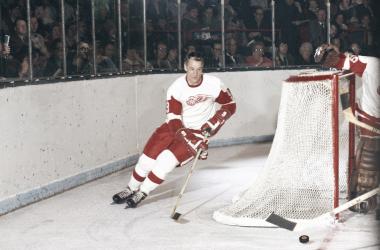 Gordie Howe detrás de la portería con los Red Wings | Foto: The Globe and Mail