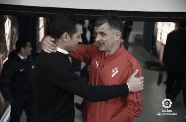 Entrenadores de SD Huesca y SD Eibar se saludan en el choque de la J34 de La Liga Santander (FOTO://LaLiga)