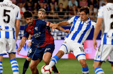FOTO: La Liga// Zubeldia y Zaldua observan como su compañero intenta tener la posesión de la pelota ante un rival del Huesca.