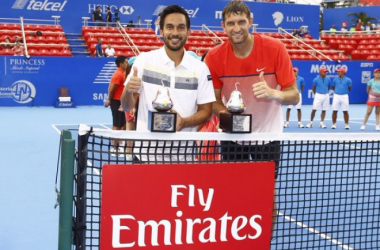 Treat Huey (left) and Max Mirnyi pose with the Acapulco titles/Photo: Abierto Mexicano Telcel