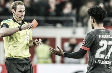 Momento em que o árbitro Sascha Stegemann expulsa Matheus (Foto: Bundesliga)