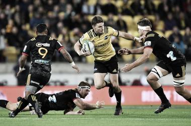 Beauden Barrett, el gran maestro de esta época y símbolo máximo de estos 'Canes. Para muchos, el mejor apertura en la historia del rugby neozelandés. ¿Conseguirá su segunda presea con el elenco de la capital? Crédito: Getty Images.