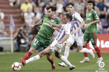 Ibai pelea por un balón con el jugador del Valladolid Nacho. / Foto: LaLiga