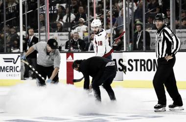 Los técnicos reparando el hielo en el primer partido de la serie. Foto: Steve Marcus