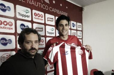 Após ser apresentado oficialmente, Igor assinou empréstimo com o Timbu junto ao Botafogo até o fim da Série B (Foto: Léo Lemos/Náutico)