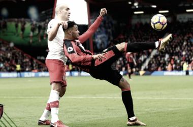 Jugadores de ambos equipos pugnan por el balón | Foto: Bournemouth