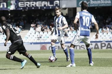 Illarramendi avanzando con el balón ante Kakuta (Foto: Real Sociedad)