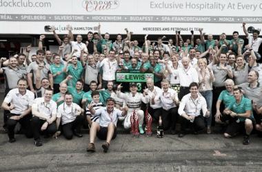 Rosberg voltou a vencer mas Hamilton fez uma recuperação excelente. Qual deles sorrirá no fim? ( Imagem : Mercedes)