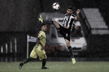 Gabriel reclama de pênalti marcado contra o Botafogo pela Sul-Americana
