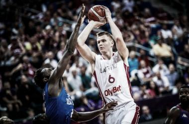 Kristaps Porzingis volvió a lucirse con una gran exhibición. Foto: FIBA.com