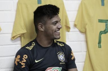 Detectado com Covid-19, Gabriel Menino é cortado da Seleção Brasileira