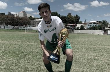 Zagueiro Bernardo comemora título da Copa Maravilha Sub-15pelo Juventude