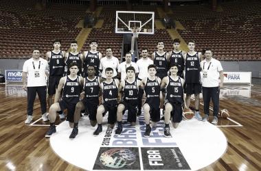 El seleccionado y el cuerpo técnico previo al encuentro | Foto: FIBA