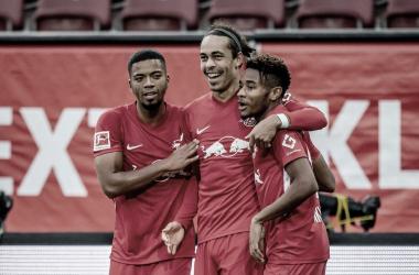 RB Leipzig vence bem fora de casa Augsburg e lidera Bundesliga