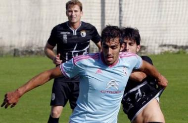 Un forcejeo entre Andrés y un jugador celtiña durante el encuentro de ayer. Foto: lavozdegalicia.es