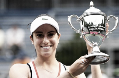 Christina McHale poses with the winner's trophy after winning the 2016 Hashimoto Sogyo Japan Open singles title. | Photo: Toshifumi Kitamura/AFP