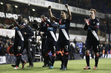 I giocatori del Newcastle festeggiano sotto la curva ospiti dopo la bella vittoria.