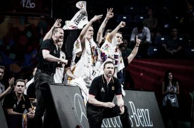El banquillo alemán celebrando la victoria ante Francia. Fotografía: fiba.com