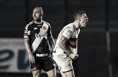 Renato Kayzer decide, Atlético-GO vira e vence Vasco em pleno São Januário
