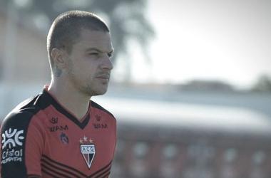 Cria do Vasco, Kayzer marca dois gols contra ex-clube e diz ver São Januário como 'casa'