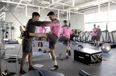 Sergio Postigo trabaja en el gimnasio de Buñol con uno de los preparadores físicos del club. (Foto: Levante UD).