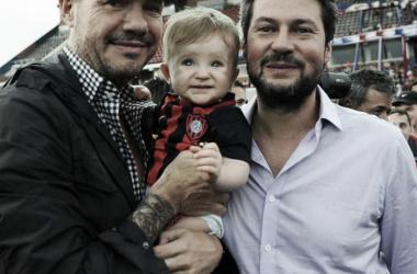 Tinelli, Lammens y la hija del presidente el día que la Vuelta a Boedo se hizo realidad. Foto: Los Andes