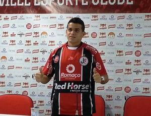 Joinville apresenta lateral Denis Neves