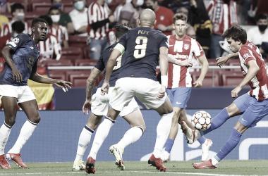 Joao Félix rodeado de jugadores del Oporto durante el partido | Foto: Atlético de Madrid